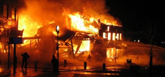 brandstiftung hat breno das haus ermordet. Black Bedroom Furniture Sets. Home Design Ideas