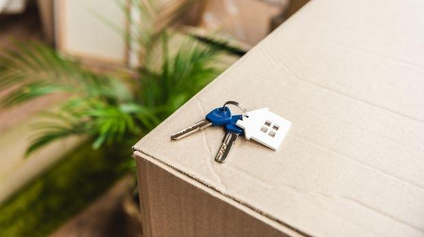 Umzugskarton mit Wohnungsschlüsseln