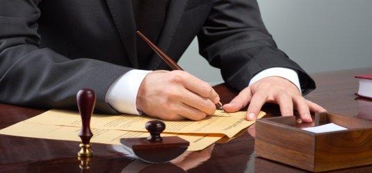Nach einer erfolgten Mandatierung wird der Anwalt dann nicht nur sämtlichen Schriftverkehr übernehmen, sondern seinen Mandanten selbstverständlich auch.