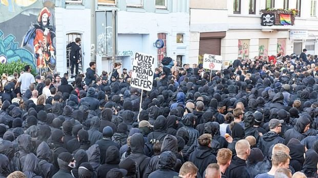 "Schwarzer Block bei der ""Welcome to hell""-Demo in Hamburg"