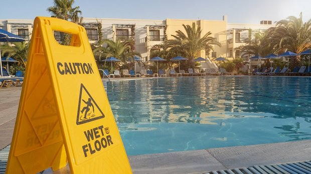 Warnschild am Pool eines Hotels