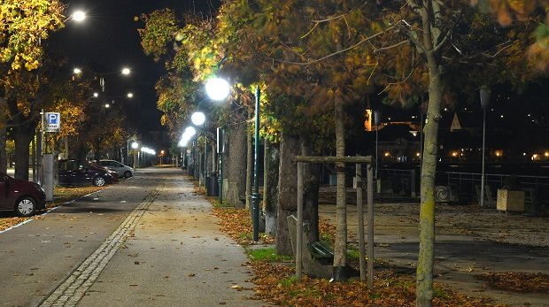 Leere Promenade bei Nacht