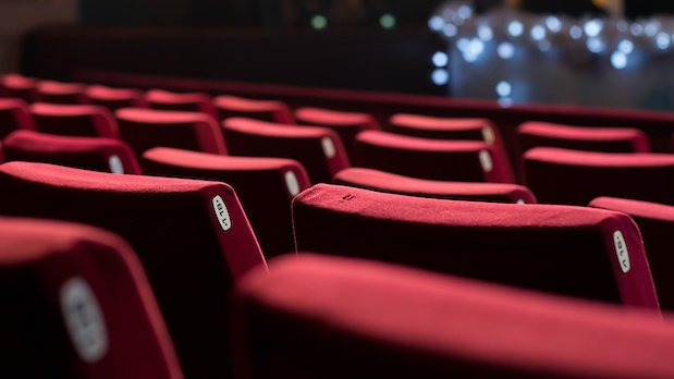 Leere rote Sessel in einem Theater