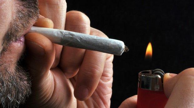 Ficken beim Rauchen von Weed