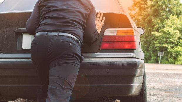 OLG Köln sieht erhebliches Eigenverschulden: Vom Versuch, ein rollendes Auto aufzuhalten