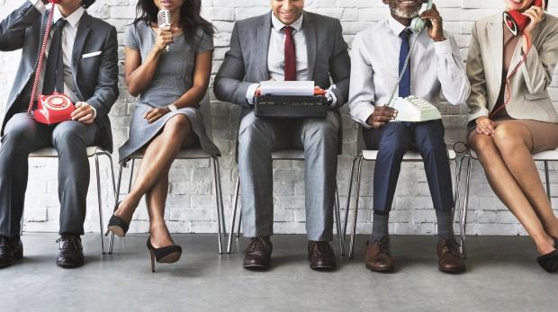 Richter(in), Anwalt (m/w), Mitarbeiter/innen: Es gibt elegantere Wege als diese, beide Geschlechter anzusprechen. Das sollten Kanzleien in jedem Fall tun.
