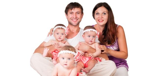 Eine Familie mit Drillingen