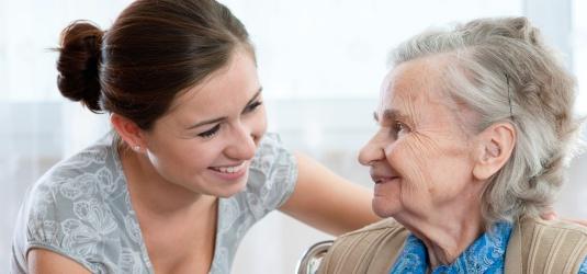 Betreuerin mit älterer Dame